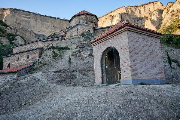 На фото справа - колодец Святого Евагрия Шио-Мгвимского. Это последователь Святого Шио, который в конце своей жизни также ушел затворником в колодец, верхняя часть которого не так давно была отреставрирована - Sputnik Грузия