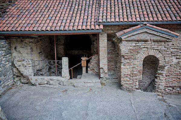 Позже к храму Иоанна Крестителя был пристроен большой западный притвор и другие помещения, так что колодец оказался фактически внутри храма - Sputnik Грузия
