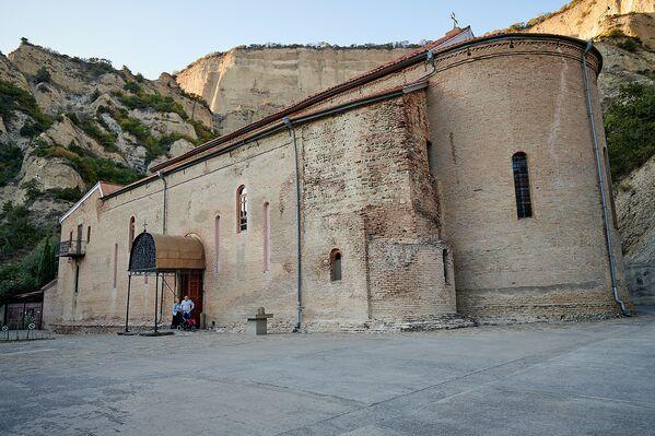 Второе большое здание на территории Шио-Мгвимского монастыря -  Храм Богоматери, который был построен около 1100 года по инициативе царя Давида Агмашенебели. У храма вначале был купол, но он был разрушен, как и основная часть здания, во время нашествия шаха Аббаса в 1614 году.  Через полвека храм восстановили в упрощенном виде, как базилику - Sputnik Грузия