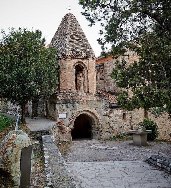 Во время нашего посещения храм Иоанна Крестителя был уже закрыт для туристов и гостей. Говорят, попасть в него можно через колокольню, которую построил Гиви Амилахвари в 1733 году - Sputnik Грузия