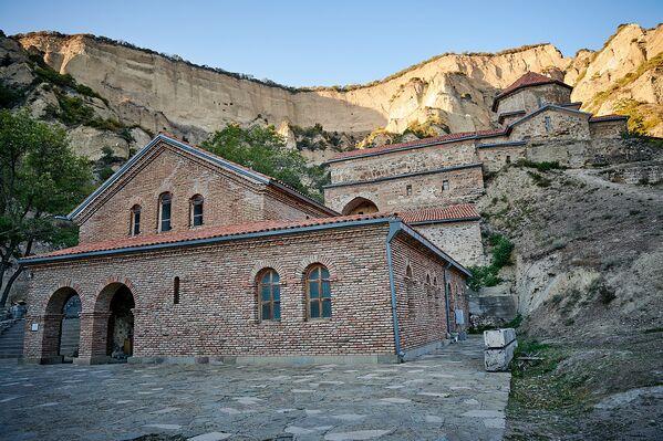 Шио-Мгвимский монастырь расположен на высоте 750 метров над уровнем моря. Он был основан после 560 года Святым Шио, одним из ассирийских отцов - Sputnik Грузия