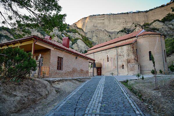 Кроме двух храмов на территории монастырского комплекса есть несколько хозяйственных построек - Sputnik Грузия