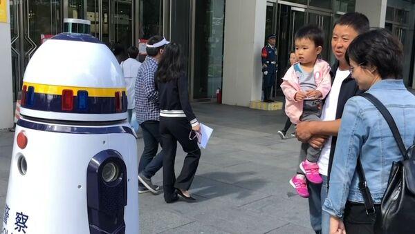 Робот-полицейский вышел на улицы Пекина - Sputnik Грузия