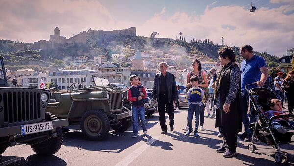 Столица Грузии во время празднования Тбилисоба - выставка машин на Метехском мосту - Sputnik Грузия