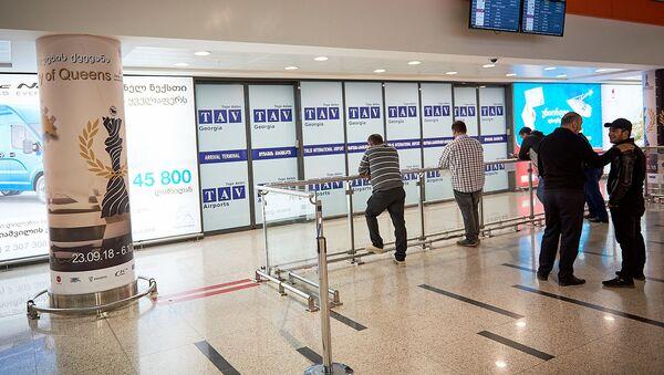 Тбилисский международный аэропорт - терминал прибытия и ожидающие - Sputnik Грузия