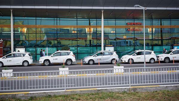 Тбилисский международный аэропорт - терминал прибытия и такси у входа - Sputnik Грузия