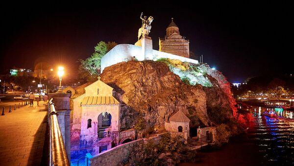 Ночной Тбилиси - вид на памятник Вахтангу Горгасали и Метехскую церковь - Sputnik Грузия