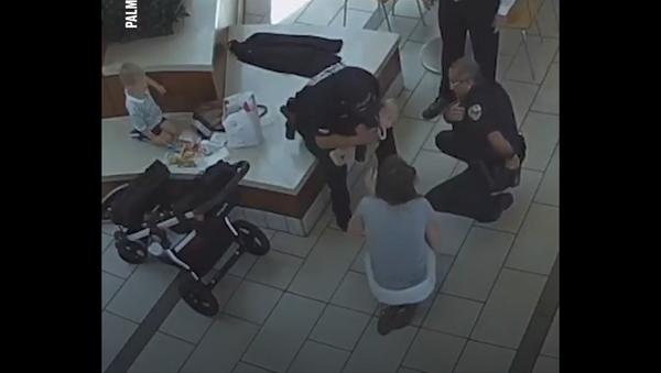 პოლიციელებმა ერთი წლის ბავშვი სიკვდილს ხელიდან გამოსტაცეს - ვიდეო - Sputnik საქართველო