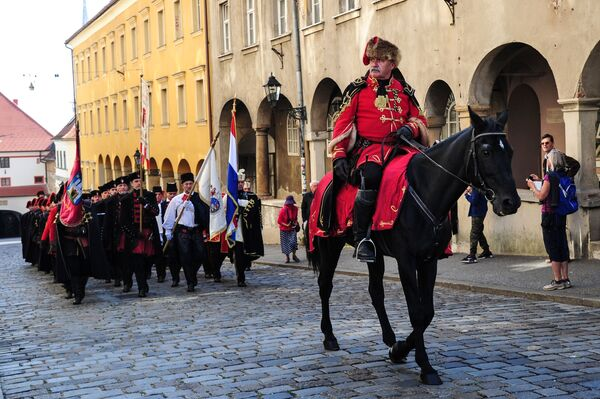 С мая по октябрь каждую субботу в дни государственных праздников между Банскими дворами и Церковью Святого Марка военнослужащими почетной роты проводится церемония смены караула - Sputnik Грузия