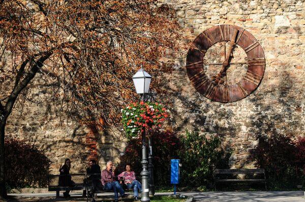 Вокруг кафедрального костела также сохранились старые оборонные стены и башни замка Каптол. На одной из них сохранились часы, которые и сейчас показывают правильное время - Sputnik Грузия