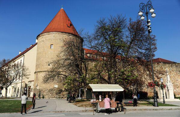 Вокруг собора возведены крепостные стены. За ними когда-то располагались пруды, в которых священники ловили рыбу  - Sputnik Грузия