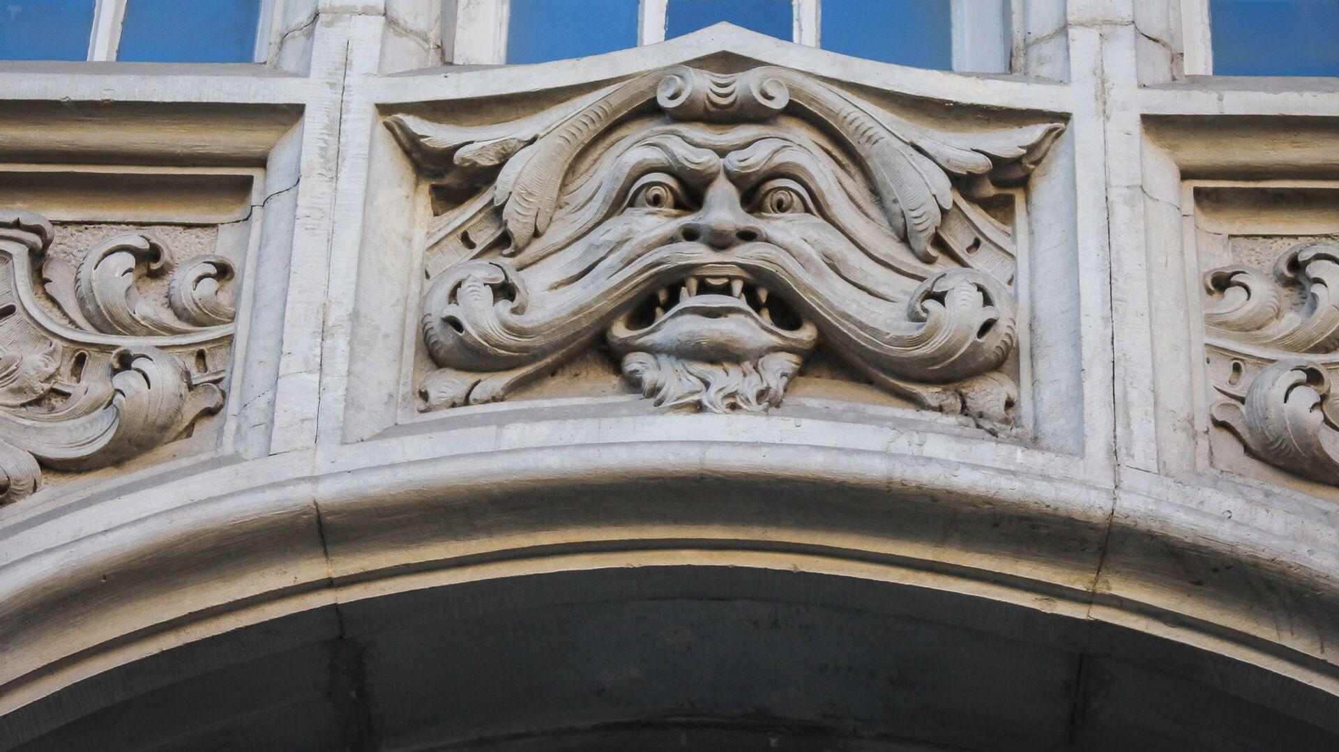 Маскарон красуется прямо над входом в здание - Sputnik Грузия, 1920, 11.10.2021