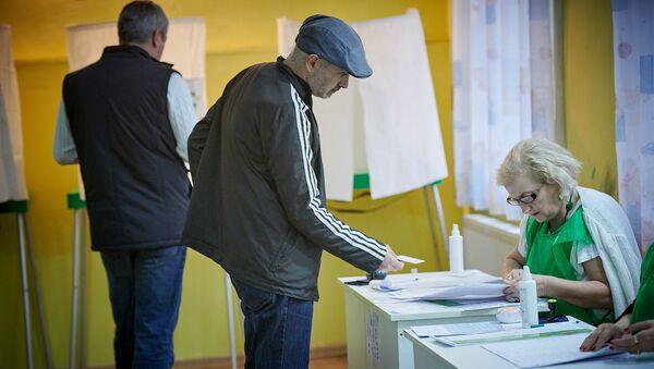 Жители столицы Грузии принимают участие в голосовании во время выборов президента страны - Sputnik Грузия