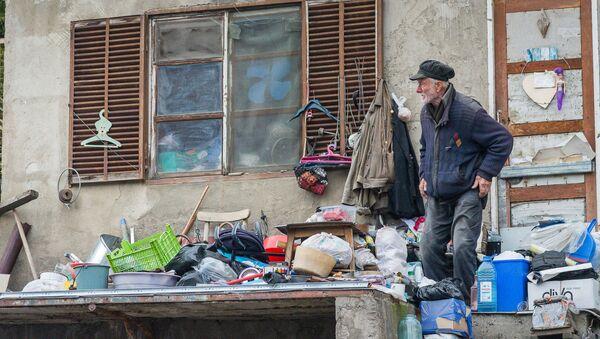 Пожилой мужчина на улице Тбилиси - Sputnik Грузия