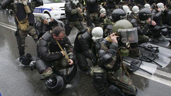 Полицейские участвуют в разгоне акции протеста 7 ноября 2007 года, архивное фото - Sputnik Грузия
