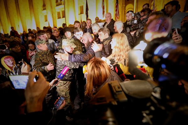 Сегодня Заза Саралидзе требует наказать всех, кого он считает виновными в гибели сына. Также он требует назначения внеочередных парламентских выборов. Ночью он и его сторонники стали устанавливать палатки у здания парламента, что привело к потасовке с полицией - Sputnik Грузия