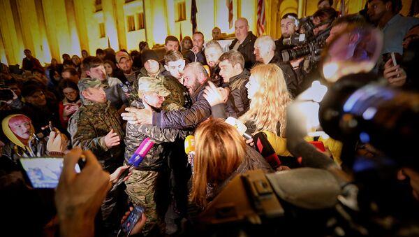 Заза Саралидзе и его сторонники у здания парламента - Sputnik Грузия