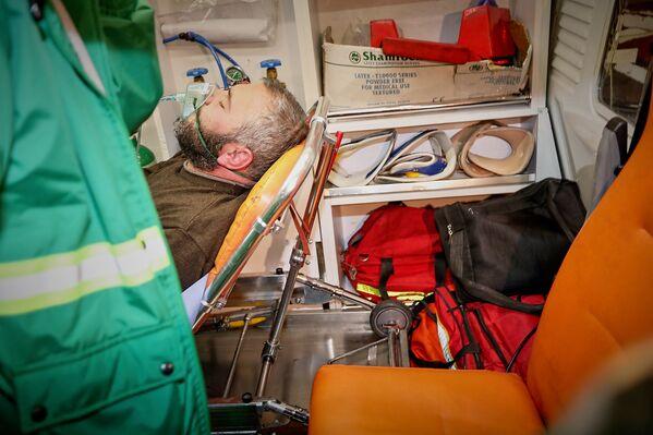 После потасовки Заза Саралидзе некоторое время провел под наблюдением врачей и через несколько часов вернулся на место проведения акции - Sputnik Грузия