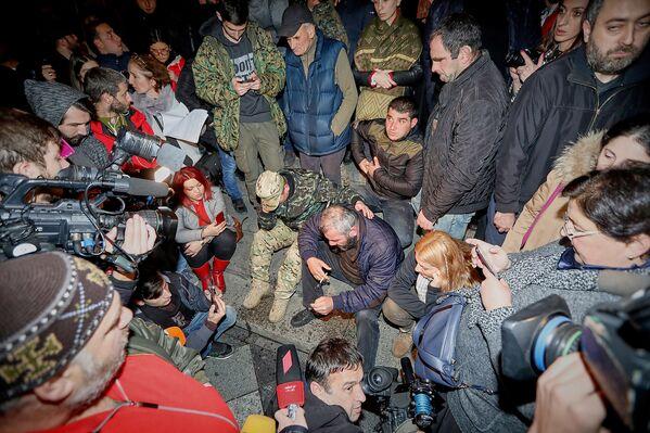 В ночь на воскресенье в Тбилиси обострилась ситуация на многодневной акции протеста, которую проводит Заза Саралидзе, отец подростка Давида Саралидзе, убитого в уличной разборке - Sputnik Грузия