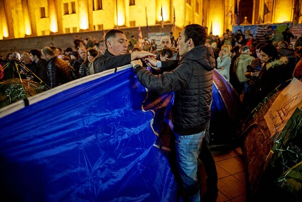 В ночь на воскресенье представители НПО и сторонники Зазы Саралидзе установили десятки палаток у здания парламента - Sputnik Грузия