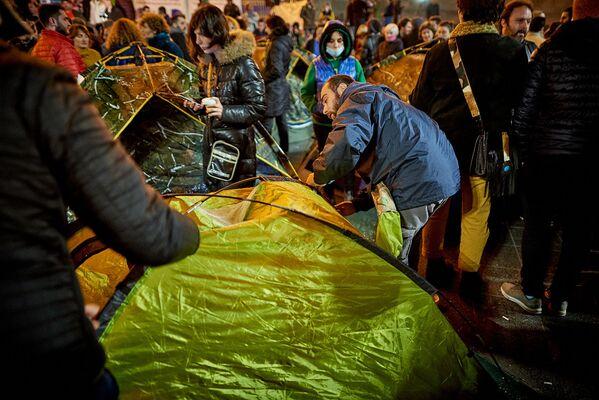 Решение разбить палаточный городок сторонники Саралидзе и НПО приняли после того, как мэрия Тбилиси попросила отца убитого подростка переместиться на другое место, чтобы установить перед парламентом большую новогоднюю елку - Sputnik Грузия