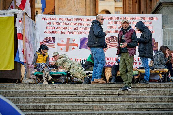Правда, в воскресенье людей у здания парламента на месте проведения акции стало меньше - Sputnik Грузия