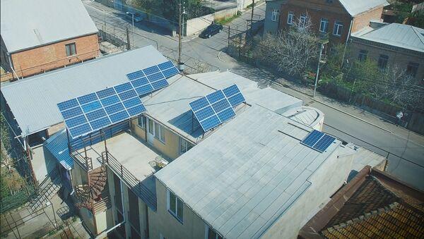 GEO თბილისის მცხოვრებმა ელექტროენერგიის საწარმოებლად საკუთარი სახლის სახურავზე მზის ბატარეები დაამონტაჟა - Sputnik საქართველო