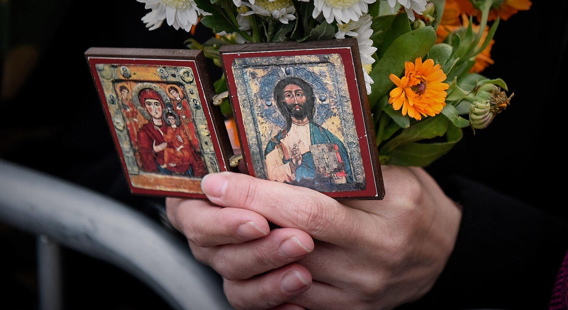 Верующие держат в руках иконы - Sputnik Грузия, 1920, 06.10.2021