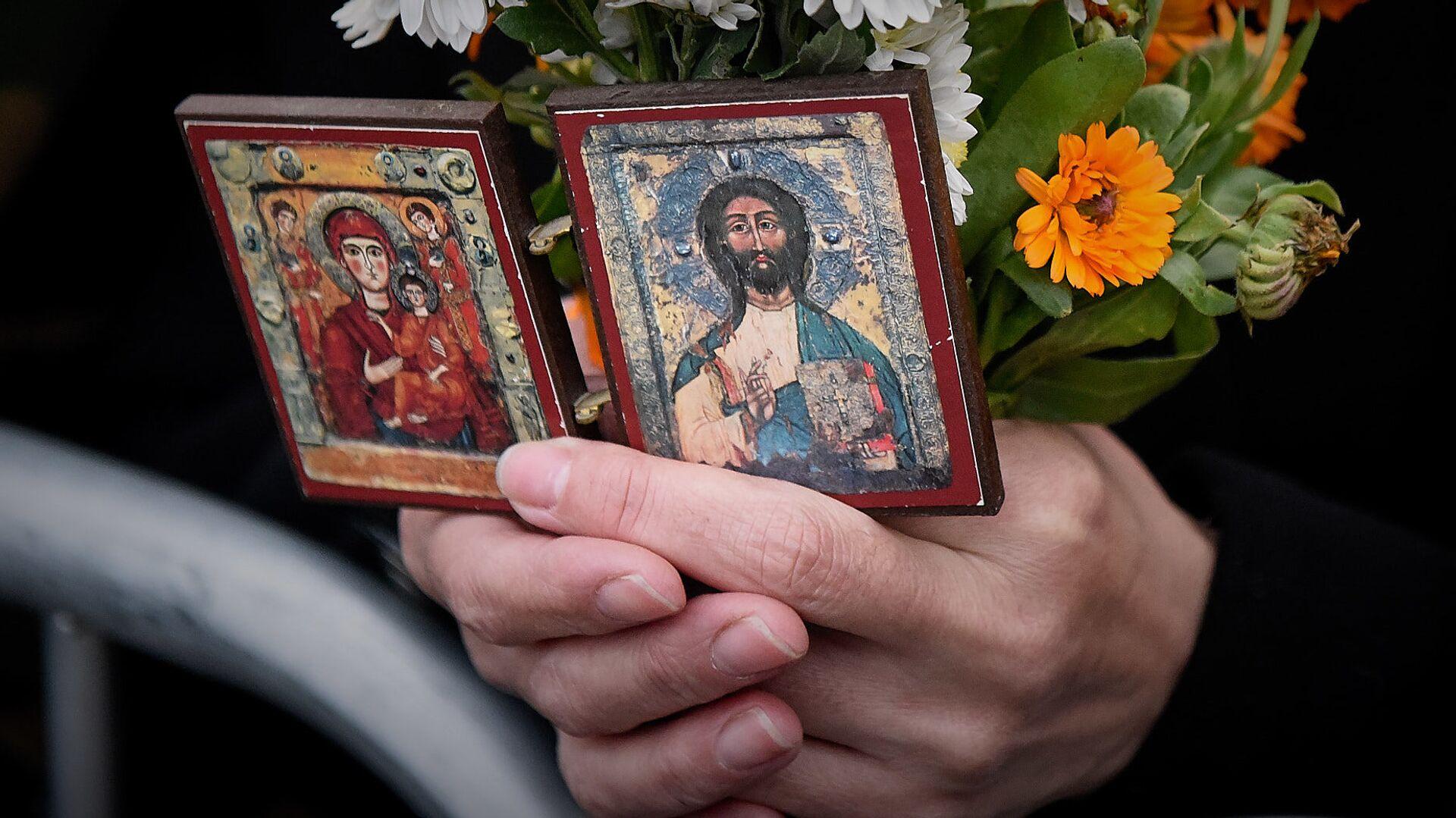 Верующие держат в руках иконы - Sputnik Грузия, 1920, 19.09.2021