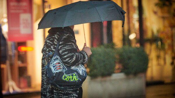 Женщина с зонтом в дождь - Sputnik Грузия