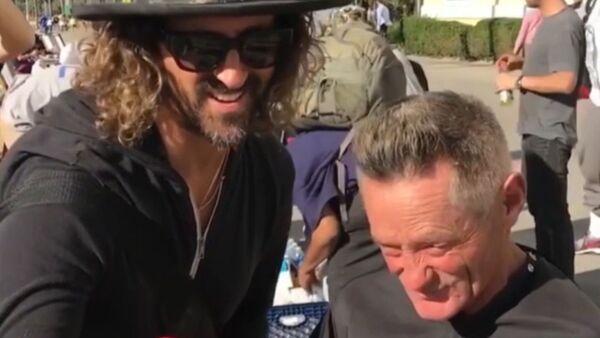 Один из ведущих стилистов Голливуда бесплатно делает прически бездомным - Sputnik Грузия
