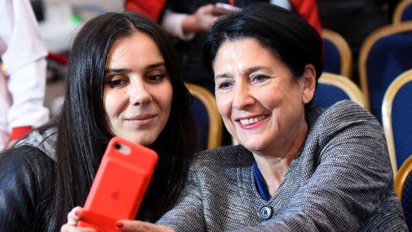 Саломе Зурабишвили делает селфи на память - Sputnik Грузия