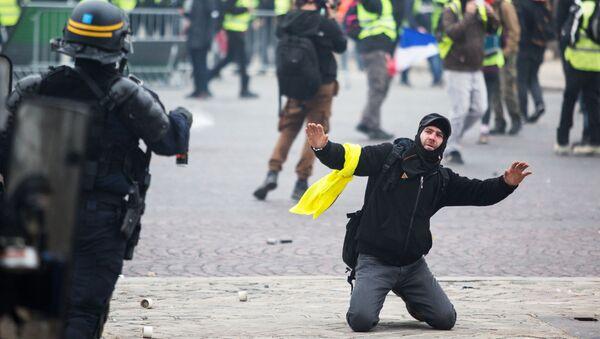 Сотрудник правоохранительных органов и активист во время протестной акции движения автомобилистов желтые жилеты, выступавшего с требованием снижения налогов на топливо, в районе Триумфальной арки в Париже - Sputnik Грузия