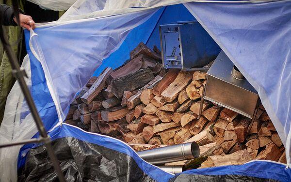 Дрова и печки для отопления палаток участников акции в поддержку Саралидзе и Мачаликашвили - Sputnik Грузия