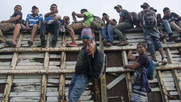 Мигранты из Гондураса, направляющиеся, в составе каравана, по территории Мексики в направлении границы с США - Sputnik Грузия