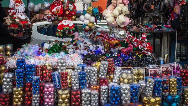 Продажа новогодних украшений на рынке в столице Грузии - Sputnik Грузия