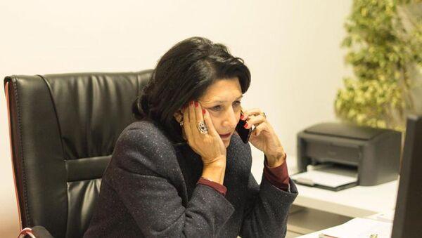 Саломе Зурабишвили говорит по телефону в своем кабинете - Sputnik Грузия