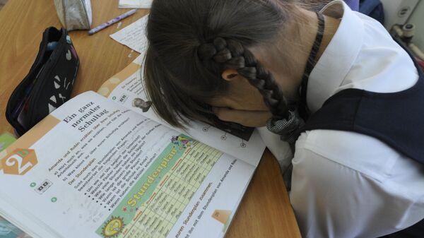 Девочка спит на уроке в школе - Sputnik Грузия