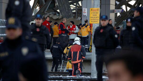 Спасатели и полиция на месте сошедшего с рельс скоростного поезда в Анкаре, Турция - Sputnik Грузия