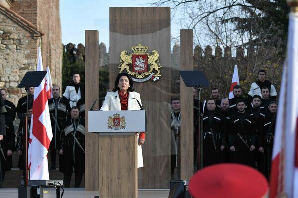 После гимна и поднятия государственного флага она обратилась с первой речью к грузинскому народу в ранге главы государства   - Sputnik Грузия