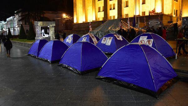 Палатки у здания парламента Грузии в центре Тбилиси  - Sputnik Грузия