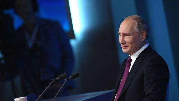 Владимир Путин на ежегодной пресс-конференции - Sputnik Грузия