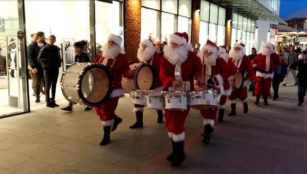 Зачем Санта-Клаусу барабан - праздничное шествие в Тбилиси сняли на видео - Sputnik Грузия