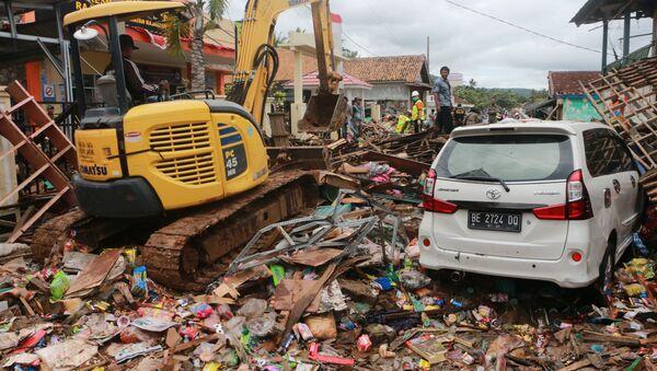 Спасатели ищут выживших под завалами после мощного цунами на острове Суматра, Индонезия - Sputnik Грузия