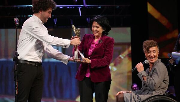 Президент Грузии Саломе Зурабишвили вручила награду фехтовальщице на коляске Ирме Хецуриани  - Sputnik Грузия