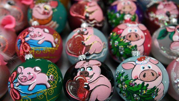 Елочные украшения с рисунком свиньи - Sputnik Грузия