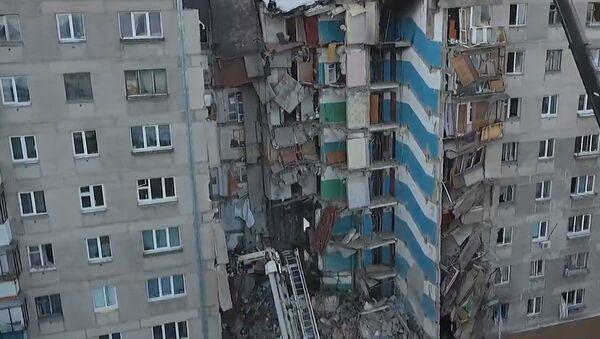 Трагедия в Магнитогорске: разбор завалов продолжается, люди несут цветы - Sputnik Грузия