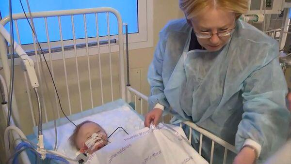 Министр здравоохранения РФ навестила спасенного в Магнитогорске младенца - Sputnik Грузия