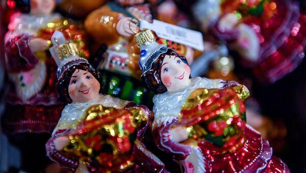 Елочные игрушки в торговом центре ГУМ в Москве - Sputnik Грузия