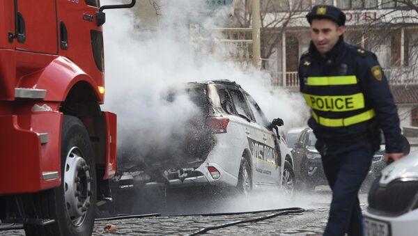 Полицейская машина сгорела на Винном подъеме во время рождественского шествия - Sputnik Грузия